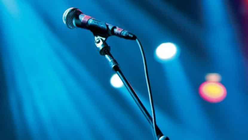 τραγουδιστής - μικρόφωνο