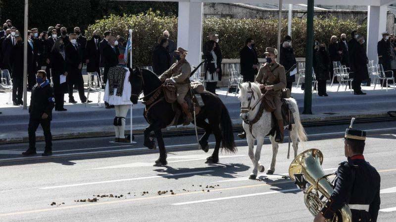 25η Μαρτίου - Άλογο αφόδευσε - επίσημους - viral