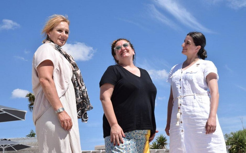 Οι Ολυμπιονίκες Νίκη Μπακογιάννη (αρ.) και Μαρία Παγκάλου (δ.) με την ηθοποιό Μαρία Αντουλινάκη