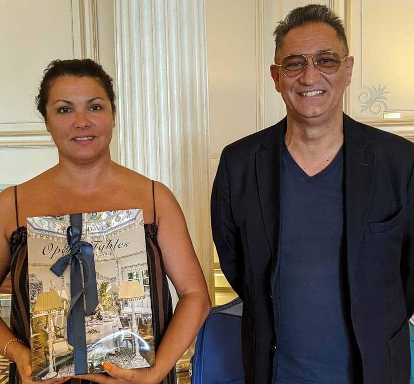 Ο Γιώργος Ντάβλας επισκέφθηκε την παγκοσμίου φήμης σοπράνο Anna Netrebko στο ξενοδοχείο Μεγάλη Βρετανία λίγο πριν τη μεγάλη συναυλία και της δώρισε το coffee table book «Opera Tables»